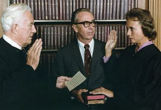 800px-Photograph_of_Sandra_Day_O'Connor_Being_Sworn_in_a_Supreme_Court_Justice_by_Chief_Justice_Warren_Burger...